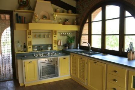 Cucine su misura in massello e finta muratura