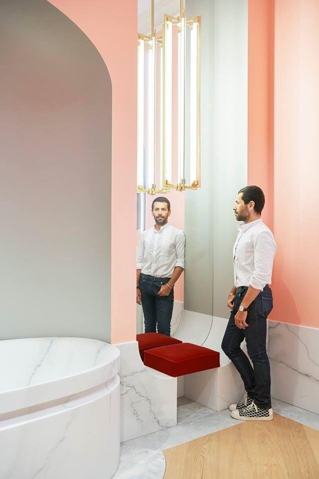 Jacob Delafon invitó al diseñador de moda Parisino Alexis Mabille a diseñar su cuarto de baño ideal. De esta colección inédita, nació un baño compuesto por una bañera, ducha, zona de lavabo, accesorios y grifería. ¿Te gustaría saber más? Entra en nuestro blog.