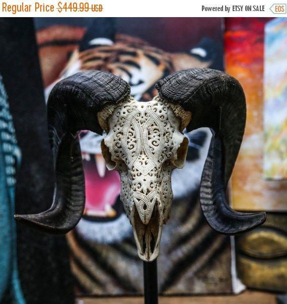 Magnifiquement sculpté Bighorn Sheep crâne oeuvre - à la main  La maison parfaite, bureau, Patio, Bar ou décoration de clôture.  Cest une vraie tête de mort & ramures - pas une Imitation.  Qui sommes-nous:  Ce crâne de buffle authentique est sculpté par les balinais Maître Artisan tailleurs à la main. Il prend notre maître jours de sculpteurs pour compléter ce design Tribal One-Of-A-Kind (comme illustré ci-dessus).  Chaque crâne importé de Java est légèrement différent car aucun deux crânes…