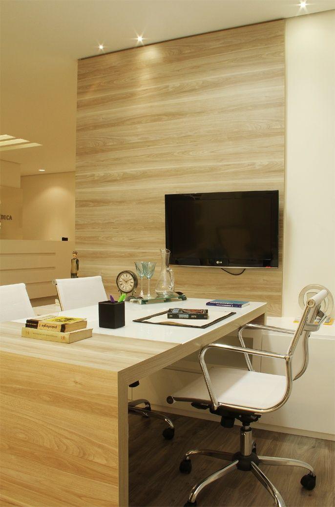 O painel da TV em MDF está em destaque, assim como a lateral da mesa, também no…