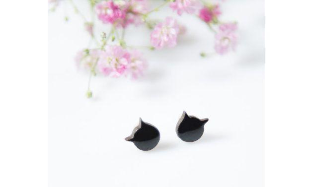 """Ceramiczne kolczyki na srebrnych sztyftach z kolekcji """"Little Pleasures"""".  Małe czarne kotki na ciemnej, czekoladowej glinie. Drobiazg dodający uroku,wyraźny i oryginalny. Każda para powstała w..."""