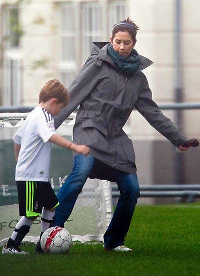 7. September 2011: Im Freizeit-Look spielt Prinzessin Mary mit Prinz Christian in einem Park bei Kopenhagen Fußball.