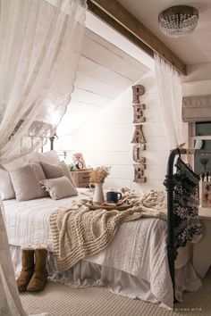Discover the best vintage style bedroom decor inspiration for your next interior design project here. For more visit http://essentialhome.eu/