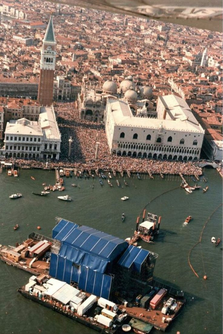 33 Amazing Photographs of Pink Floyd Concert in Venice on a Massive Floating Stage in 1989