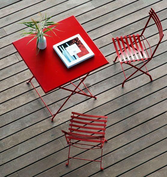 """Chaise """"Flower"""" rabattable en métal coloré disponible en plusieurs couleurs. / Coloured metal folding chair """"Flower"""". Largeur: 44cm Profondeur: 52cm Hauteur: 84cm http://ethimo.fr/produit.asp?t=chaises_bancs=metal=chaise_pliante_flower"""