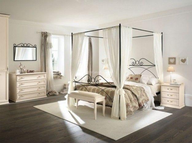 Letto a baldacchino - Letto a baldacchino per arredare una camera da letto romantica.