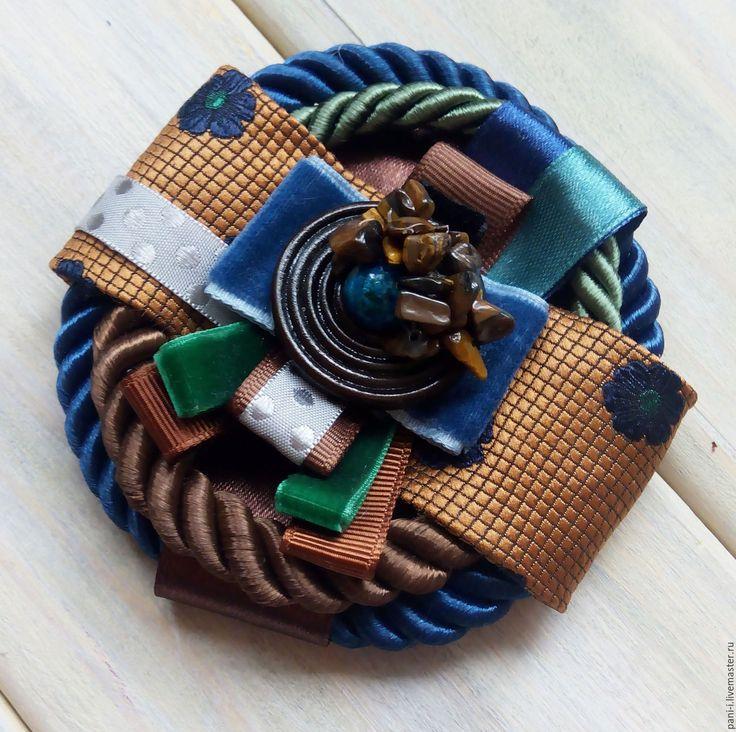 """Купить Брошь текстильная """"Сине-коричневый коктейль"""" - коричневый, синий, изумрудный, брошь из лентатласная лента, бархатная лента, текстурная лента, деревянные пуговицы, натуральные камни, репсовая лента, шнур Скрыть Размер: 9см"""