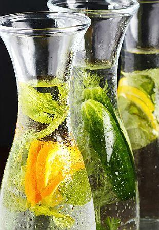 Já ouviu falar nas águas aromatizadas? Essa nova onda das dietas vem sendo indicada por nutricionistas para conseguir perder peso, hidratar e, principalmente, aumentar a ingestão de alguns nutrientes que podem dar mais saúde. Tudo vai depender dos ingredientes usados no preparo da bebida poderosa.Leia também5 form