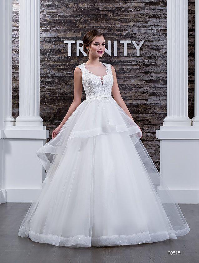 Шикарное свадебное платье с пышной полупрозрачной баской на юбке и оригинальным вырезом.