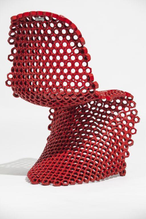 Para a coleção, o designer desenvolveu novas texturas a partir da utilização de porcas e parafusos que, até então, ocupavam posição funcional em seus trabalhos, assumindo assim a beleza específica desses materiais.