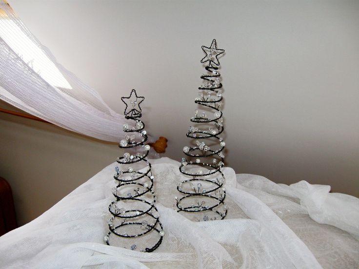 Stromeček vánoční velký, na přání Netradiční stromeček z černého drátu , bílých, stříbrných a zelených korálků, perliček a lístečků tvoří zajímavou dekoraci , kterou můžete umístit kam se Vám zlíbí. Využijete jej nejen jako hezkou vánoční dekoraci, ale i jako romantický svícen. Pozor! Používejte pouze čajové svíčky na nehořlavé podložce. Výška ...