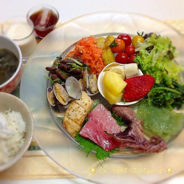 にしやま由美式ダイエットプレート (時計回りに食べる) 2014.3.26の朝プレートです。  大きめのプレートに食材を並べて、12時の位置から順番に食べます。とても分かり易い方法です。  トマト、葉物野菜、タコ、赤身魚、白身魚、あさり、肉、人参、芋、デザートと順番に食べていきます。  食材の量は、年齢など個人の状態により調整してください。  いつもの、最後に飲むオリジナル⭐️西山酵素⭐️と豆乳も添えてあります。   外側からの皮膚ケアのみならず、身体の内側を整えることは美容と健康の基本です。  この順番は、血糖値を急激に上げないので身体に優しく栄養補給ができ、そして家族全員が健康になります。   食材のアレルギーには、個人差がありますのでご注意ください。  ⭐️時計周りに食べる⭐️のダイエットプレート本も出版中です!