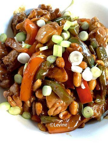 Kip met soja-hoisinsaus en pinda's