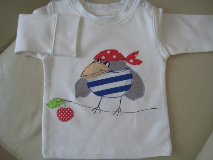 Zuckersüßes Shirt mit einer lustigen Applikation: einam Vogel mit Bandana und Piratenshirt.    Auf Wunsch und gegen Aufpreis kann auch der Name app...