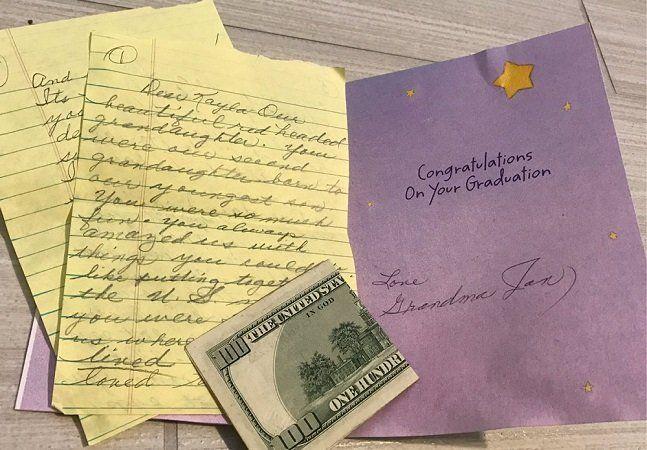 Quando a avó de Kayla Buckmaster faleceu vítima de um câncer, ela tinha apenas 4 anos. E, embora guardasse boas memórias da avó, nunca esperaria ganhar um presente de formatura vindo dela. Mas foi exatamente o que aconteceu. No dia da formatura da menina, seu pai entregou uma carta escrita pela avó. Antes de falecer, ela decidiu deixar separado o presente de formatura da neta, que foi guardado pela família em segredo durante 14anos. A espera valeu a pena. Ao ler a carta, a jovem se…
