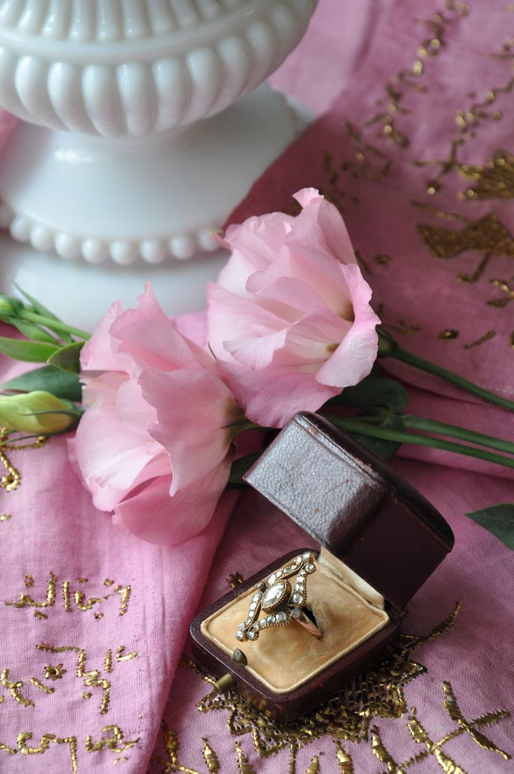 Approximately 1,06 carat Antique diamond ring.. Turkish gold metal strip work on pink cotton cloth., 20th century     Yaklaşık 1,06 karat antika elmas yüzük. Telkırma işlemeli pembe koton çevre ,20 yy . instagram @ozer_artantiques
