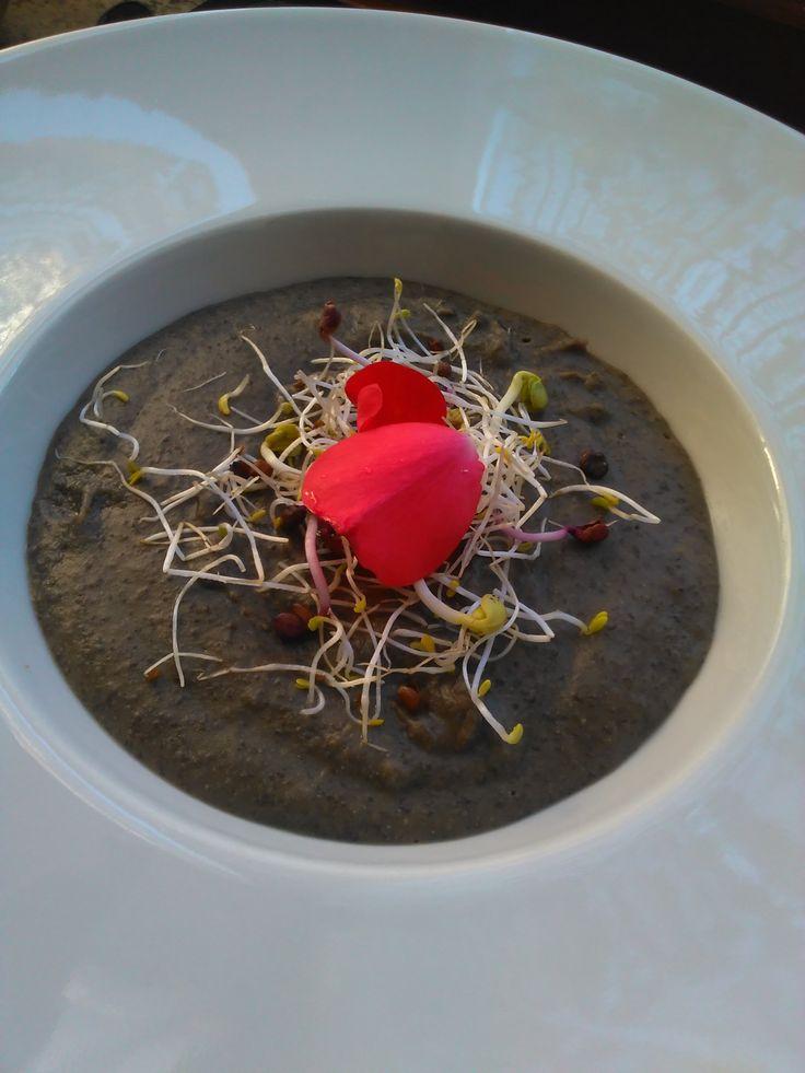 Crema di lenticchie con germogli e petali di rosa. www.chefecultura.it