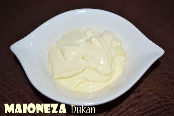 Maioneza Dukan Faza Atac, Croaziera (PL, PP), Consolidare, Stabiliz. Ingrediente: - 1 galbenus de ou fiert - 1 galbenus de ou crud - 4 linguri branza degresata (am folosit Lacteea cu 0,2%) - 1/2 – 1 lingurita mustar - sare - 2-3 picaturi de indulcitor lichid (optional) Se freaca galbenusul  fiert cu cel crud. Se adauga mustarul,branza degresata,sarea si indulcitorul. Se amesteca in blender bine-bine.