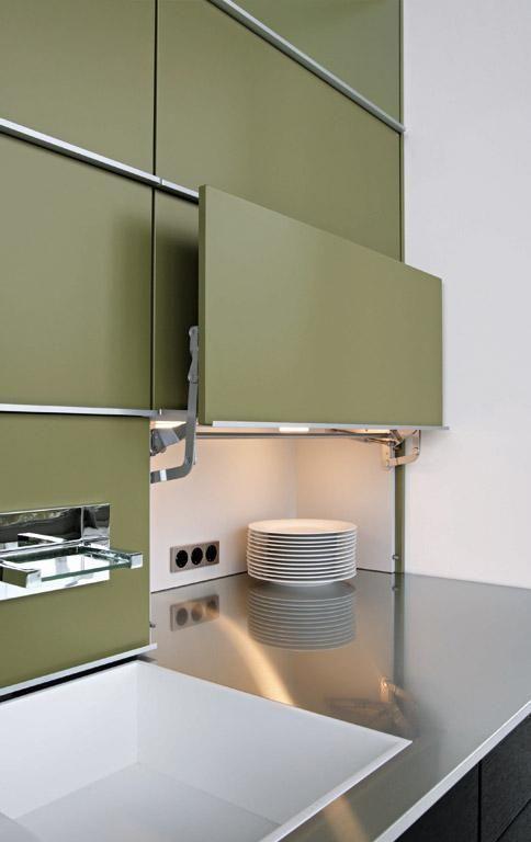 Kleine #Küchen können durch intelligente Lösungen wahre #Stauraumwunder werden. Wie durch diese Lifttür hinter der sich eine extratiefe #Arbeitsfläche verbirgt: