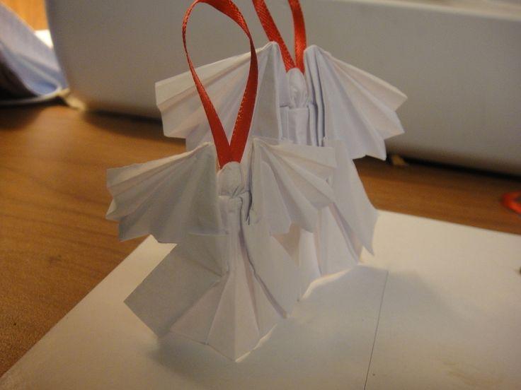 Engelen vouwen voor in de kerstboom bijvoorbeeld een origami engel vouwen met instructiebladen. Je vouwt zelf je eigen engelen voor in de kerstboom. Maak