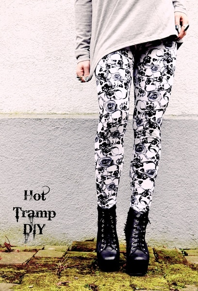 Aus rein-weißem Jersey mit schwarzem Skull und Rosen - Print  ist diese Leggings DER perfekte Partner für all Eure unifarbigen Basics !    Mit extr...