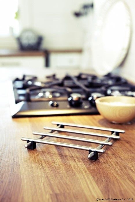 Suportul de inox pentru oale este un ajutor de nădejde în bucătărie. Tu ce gătești azi? www.IKEA.ro/suport_LAMPLIG