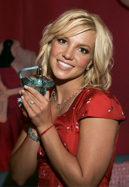 aAfkjfp01fo1i-14835/loc54/_Britney_Spears_Pushes_Her_New_Perfume_4.jpg