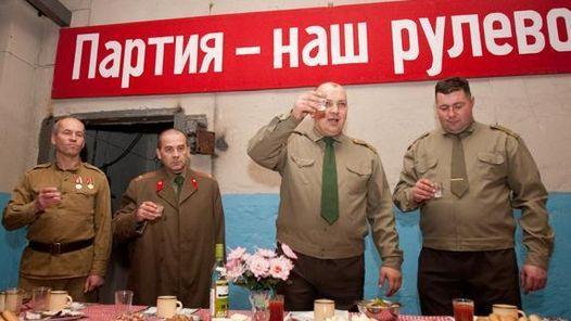 Los parques temáticos más curiosos del mundo.Soviet Bunker (Lituania). Si eres amante de la historia, y especialmente de la historia del siglo XX, tienes una cita en Soviet Bunker, un increíble parque temático situado a las afueras de Vilna que recrea la vida bajo la represión soviética. En un búnker subterráneo, los visitantes, tras ser recibidos por guardianes con perros, se someten a interrogatorios del KGB; escuchan música marcial y ven programas televisivos de los años 80