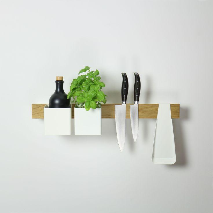 In de keuken gebruik je het Flex systeem van Gejst als plank voor je beste kookboek of je favoriete kruiden en als messenmagneet.  Deze magnetische Flex rail is de basis van een uiterst doordacht opbergsysteem. In zijn eentje is hij een stijlvolle messenmagneet, kookboekstandaard of wandplank. En met de bijbehorende boxen, bakjes en haken creëer je je eigen flexibele opberger.  #byjensen