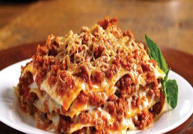 Lazanya tarifi sanılanın aksine inanılmaz kolay. Güzel Lazanya'yı her yerde yiyemezsiniz. Bunun en güzeli evde yapmak ve doyasıya yemek. Tarifi;