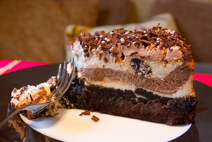 """Идею этого чизкейка я подцепила в ресторане """"Cheesecake Factory"""" в Дубае. Подкупило то, что в нем задействовано нежно любимое мной шоколадное печенье """"Орео"""" и что традиционная основа из печенья заменена мягким и насыщенным слоем брауни.Несмотря на внешнюю сложность, этот чизкейк готовится довольно просто - с многими тортами управляться гораздо сложнее. Печенье, разумеется, можно заменить на [...]"""