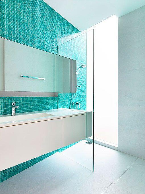 Baños en colores vivos: turquesa