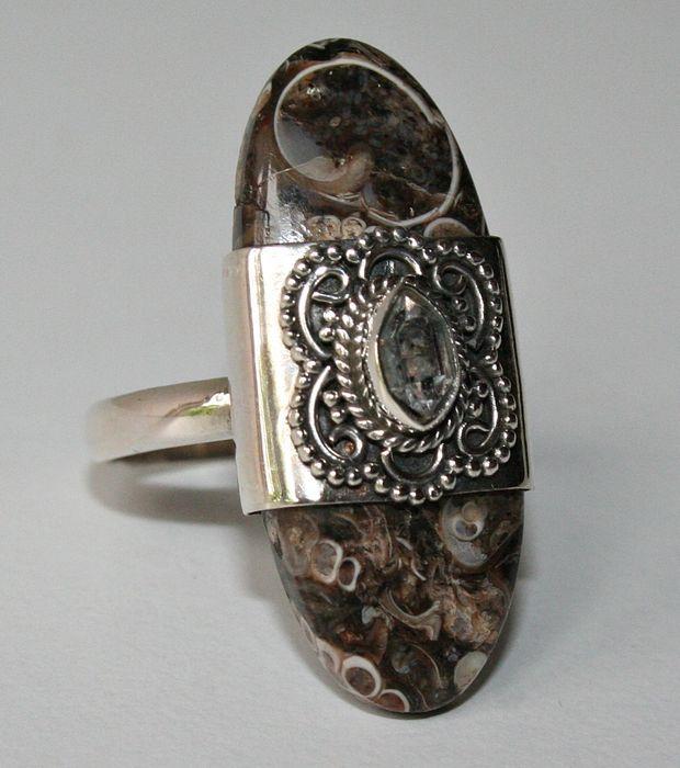 Online veilinghuis Catawiki: Fossiele Turitella ring met 'Herkimer diamant' (Herkimer diamant is een kwarts kristal)