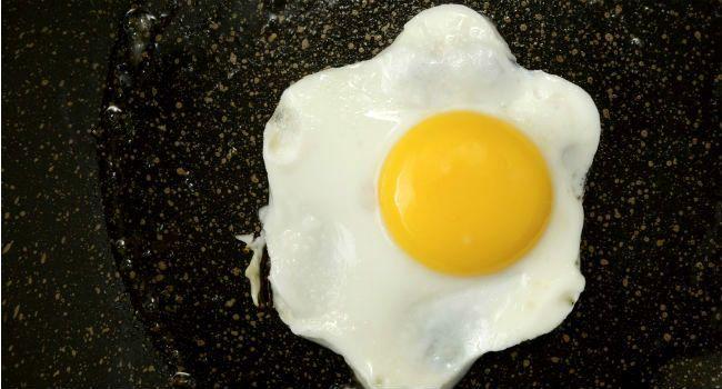 como fritar ovo com agua e sem oleo