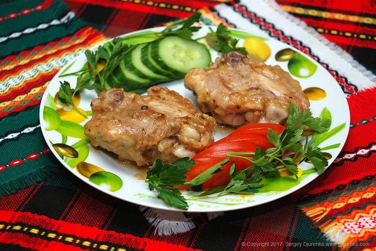 Курица в кисло-сладком соусе, маринованная в соке и вине с легким острым и пряным вкусом — изумительное блюдо, гармонирующее с овощами