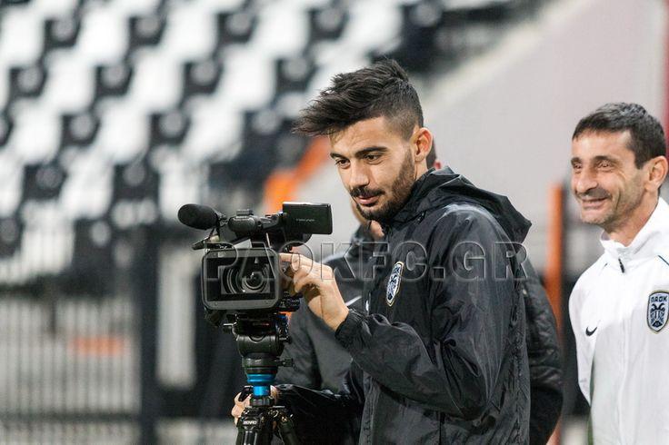 Ο Κλάους σε ρόλο καμεραμάν κατά τη διάρκεια προπόνησης στο γήπεδο της Τούμπας