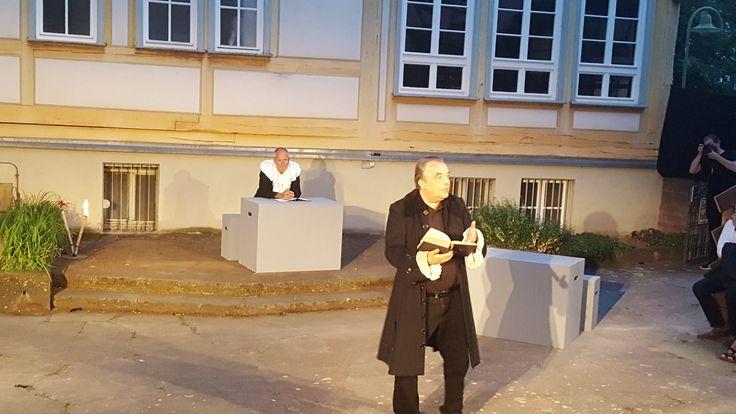 """Karsten Spitzer als Pfarrer Hermann in """"Verfolgt.Denunziert.Getötet. Hexenverfolgung in Sindelfingen"""""""