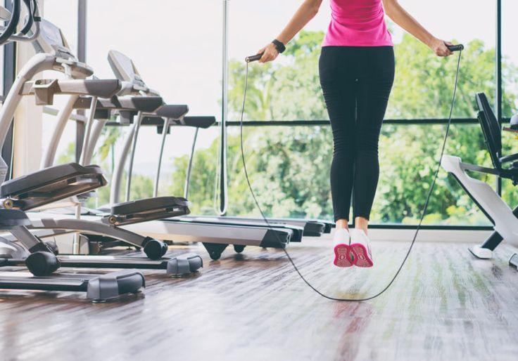 Si le gusta correr, mejor para usted. Si no le gusta la idea de correr, únase al club. Correr puede ser una rutina monótona y espantosa. Por no decir dolorosa, gracias a las férulas de la espinilla, problemas en las rodillas y pies doloridos. Si estás corriendo para quemar calorías, tengo una gran noticia para usted: ¡hay un entrenamiento de diez minutos que se puede hacer en su lugar y que quema más calorías que 30 minutos corriendo! Sólo se necesita una cosa: una cuerda para saltar. He…