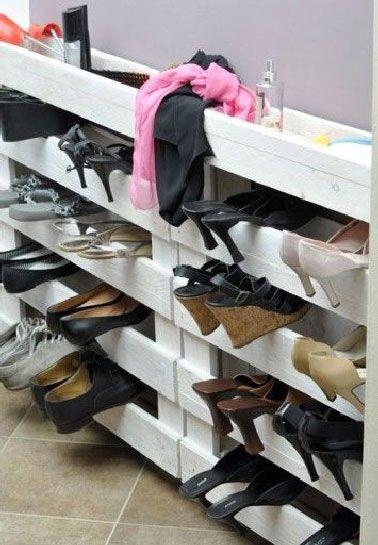 Avec cette astuce fini le casse-tête du rangement des chaussures dès lors qu'elles ont des talons hauts. 1 ou 2 palettes peintes en blanc et les chaussures se rangent entre les traverses.