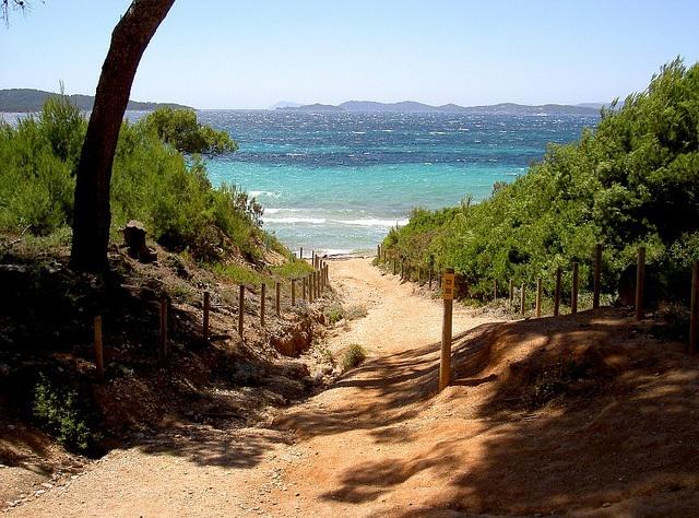 Accès à la plage by Hyeres -iles Porquerolles