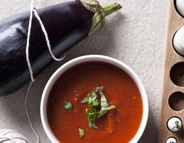 Zupa krem z opiekanych warzyw 1 duży lub 2 małe bakłażany 3 pomidory malinowe (lub inne mięsiste) 2 czerwone papryki 2 nieduże cebule 2 ząbki czosnku 5 łyżek (75 ml) oliwy 5 szklanek (1 i 1/4 l) bulionu warzywnego 1 łyżeczka świeżych listków oregano sól pieprz kilkanaście listków bazylii do dekoracji