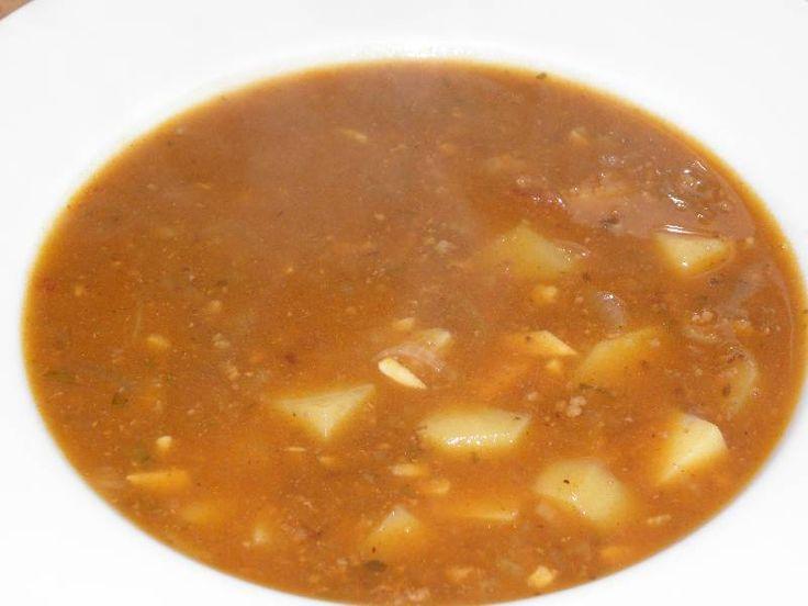 Gulášová polévka z mletého hovězího                                               gulášovku bych mohl jíst minimálně jednou tejdně. Je to pro mě jedna z těch lepších polévek. Jelikož jsem měl polévku jako hlavní jídlo, tak jsem do ní dal trošku víc masa. Určitě stačí míň. Kdo má rád ostřejší jídla, tak si přidejte trošku mleté pálivé papriky