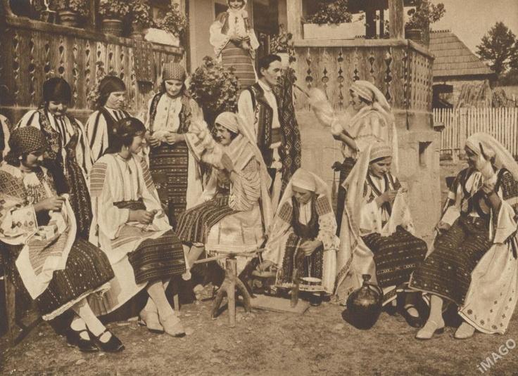"""La Blouse Roumaine, the original social network or in #Romanian """"Sezatoare""""     #Romania #RomanianBlouse #RomanianTraditionalCostume  Al. Bădăuţă, Images Roumaines. Bucureşti, Editura """"Adevarul"""".1932  Sezatoare in Tismana"""
