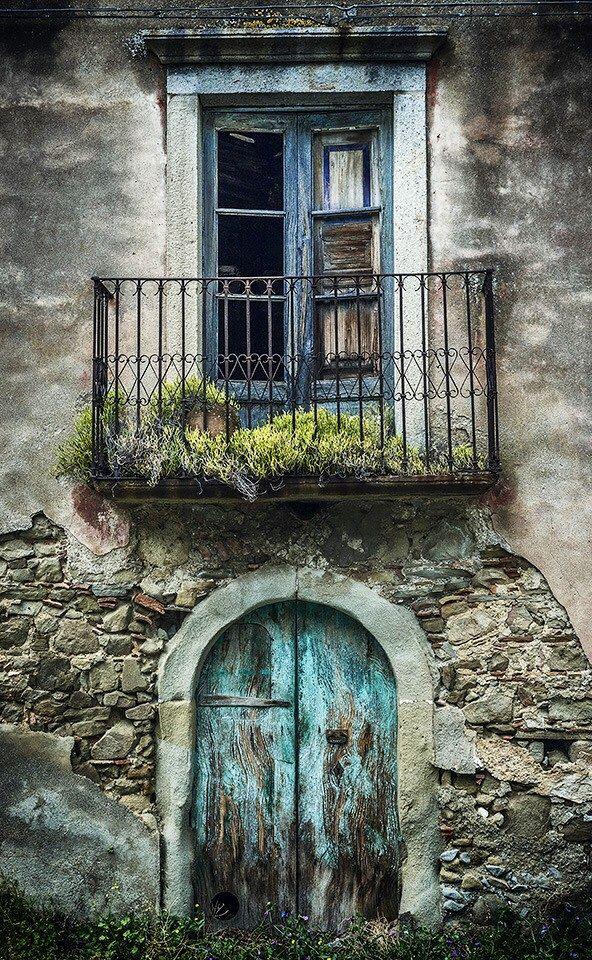Sicily, Italy http://www.pinterest.com/rmf89/puertas-y-ventanas/