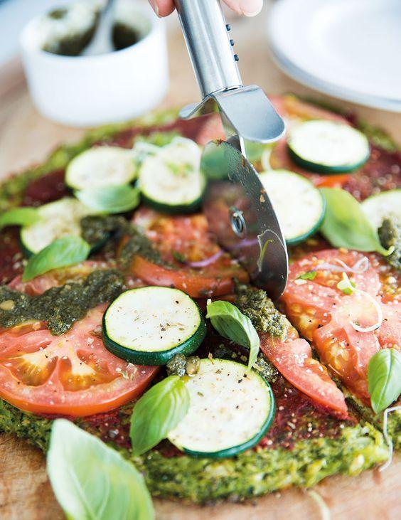 We kennen inmiddels allemaal de bloemkool pizza wel toch? Voor wie dit nog nooit heeft gemaakt, duik maar snel de keuken in om bijvoorbeeld deze vrolijke Regenboog pizza te maken. You won't regret it! Er staat trouwens ook een heerlijk receptje in In Love With Health. Je proeft niet eens dat je bloemkool aan het ...