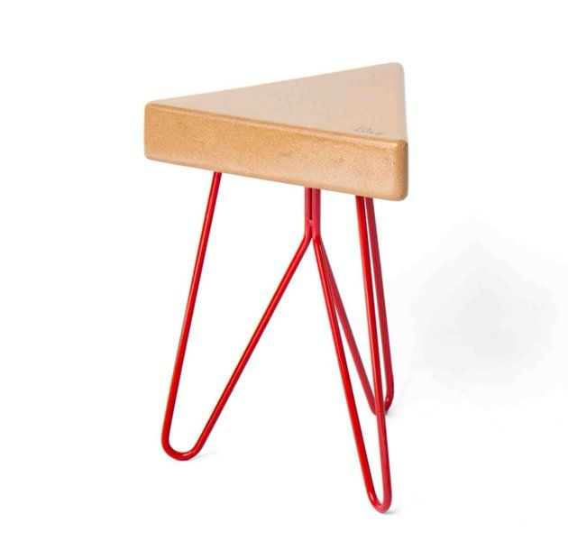 Três Stool têm 3 lados, 3 pernas, mas muitas formas de encaixar que se adapta a qualquer pessoa e postura. A imaginação é o limite.É um banco modular com assento em cortiça, material nobre português, o assento é suportado por um toque de cor e alegria!MaterialAssento: CortiçaPernas: Ferro lacadoDisponivel em cores RAL
