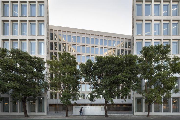 Ministry of Development and Housing Offices / Cruz y Ortiz Arquitectos