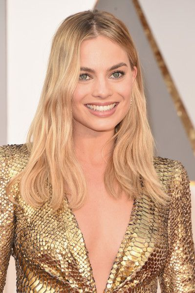 Margot Robbie Long Wavy Cut - Margot Robbie was casually coiffed with this subtly wavy 'do at the Oscars.