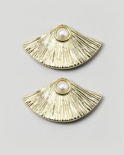 Oyster Earrings: Perfect for everyday for casual wear and also for an elegant ensemble: Oysters Earrings, Jewelmint Collection, Jewelmint Favorite, Jewelmint Earrings, Jewelmint Com, Pearls Earrings, Jewelmint Piece, Jewelmint Oysters, Jewelmint Addiction