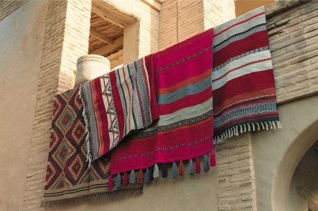 tapis-ethnique-kilim-rouge-noir-blanc